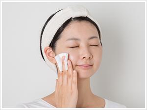 美容液、乳液またはクリームなどの普段のお手入れで肌をととのえましょう。