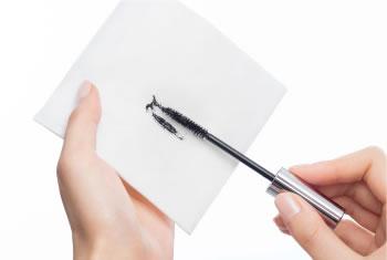 以面紙將多餘的睫毛膏拭掉可防止結塊